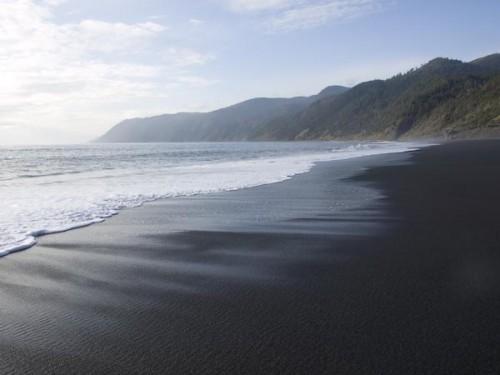 pasir hitam pantai